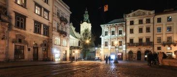 Lviv panorama på natten Sikt av nattgatan av den europeiska medeltida staden royaltyfri bild