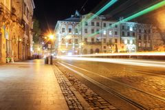 Lviv panorama p? natten Sikt av nattgatan av den europeiska medeltida staden royaltyfria foton