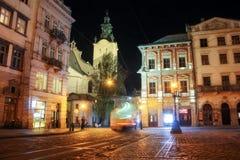 Lviv panorama p? natten Sikt av nattgatan av den europeiska medeltida staden royaltyfri fotografi