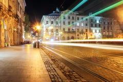 Lviv panorama przy noc? Widok nocy ulica Europejski ?redniowieczny miasto zdjęcia royalty free