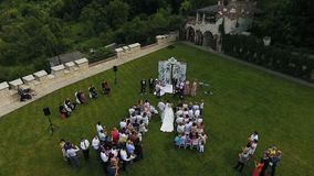 03 08 17 Lviv repos Kavalier mariage Le père porte sa fille à l'autel où son fiancé attend Jour du mariage banque de vidéos