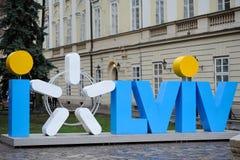 LVIV, UCRÂNIA - Apral 2016: Símbolo do amor do turista da cidade de L foto de stock royalty free