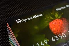 Lviv, Ucrânia - 26 de abril de 2019: A pilha de cartões de crédito coloridos do banco ucraniano intitulou PrivatBank fotos de stock