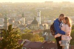 Lviv, Ucrânia - 10 de abril de 2017: Turistas de um par dos jovens com Lvi Foto de Stock Royalty Free