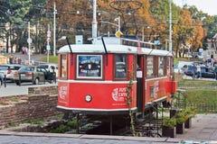 Lviv, Ucrânia - 25 de agosto de 2018: Bonde vermelho velho Atração da cidade imagens de stock royalty free