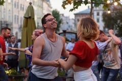 Lviv, Ucrânia - 9 de junho de 2018: Dançarinos da salsa no café exterior perto da fonte de Diana no mercado em Lviv Fotografia de Stock