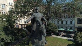 Lviv, Ucrânia - 3 de novembro de 2018 Mosca da estátua da estátua do rei Dany, fundador da cidade de Lemberg Europeu de tiro aére filme