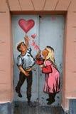 Lviv, Ucrânia - 2 de novembro de 2017: pares em grafittis do amor Conceito do dia do ` s do Valentim imagens de stock royalty free