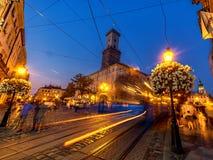 LVIV, UCRÂNIA - 12 DE SETEMBRO DE 2016: Cidade de Lviv e cidade velha de Lviv com povos Luz do por do sol e cidade Hall With Movi Imagem de Stock Royalty Free