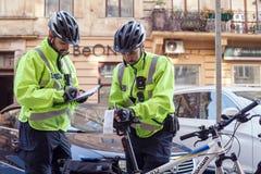 Lviv, Ucrânia 06 11 2018 Dois agentes da polícia em capacetes da bicicleta Patrulha da polícia por bicicletas fotografia de stock