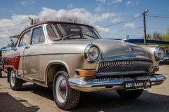 LVIV, UCRÂNIA - EM ABRIL DE 2016: O carro retro Volga do vintage velho luxuoso com cromo roda Foto de Stock Royalty Free