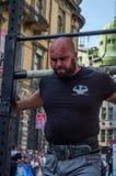 LVIV, UCRÂNIA - EM AGOSTO DE 2017: O atleta forte carrega um balancim enorme pesado nos jogos heroicos no jogo dos homens fortes Imagens de Stock Royalty Free