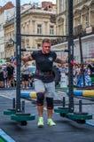 LVIV, UCRÂNIA - EM AGOSTO DE 2017: O atleta forte carrega um balancim enorme pesado nos jogos heroicos no jogo dos homens fortes Foto de Stock Royalty Free