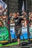LVIV, UCRÂNIA - EM AGOSTO DE 2017: O atleta forte carrega um balancim enorme pesado nos jogos heroicos no jogo dos homens fortes Fotos de Stock Royalty Free