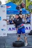 LVIV, UCRÂNIA - EM AGOSTO DE 2015: O atleta forte do atleta aumenta o peso pesado em jogos dos homens fortes Imagem de Stock