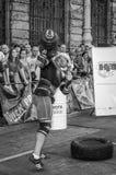 LVIV, UCRÂNIA - EM AGOSTO DE 2015: O atleta forte do atleta aumenta o peso pesado em jogos dos homens fortes Imagem de Stock Royalty Free