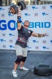 LVIV, UCRÂNIA - EM AGOSTO DE 2015: O atleta forte do atleta aumenta o peso pesado em jogos dos homens fortes Fotografia de Stock