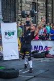 LVIV, UCRÂNIA - EM AGOSTO DE 2015: O atleta forte do atleta aumenta o peso pesado em jogos dos homens fortes Imagens de Stock Royalty Free