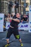 LVIV, UCRÂNIA - EM AGOSTO DE 2015: O atleta forte do atleta aumenta o peso pesado em jogos dos homens fortes Foto de Stock Royalty Free