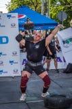 LVIV, UCRÂNIA - EM AGOSTO DE 2015: O atleta forte do atleta aumenta o peso pesado em jogos dos homens fortes Fotos de Stock Royalty Free