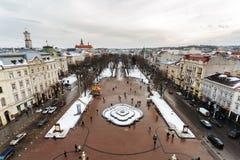 Lviv, Ucrânia - em fevereiro de 2014 - ideia superior do quadrado à avenida de Liberdade e da parte histórica de Lviv do teatro d Fotos de Stock Royalty Free