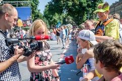 Lviv, Ucrânia - em julho de 2015: Fest 2015 da rua de Yarych As competições dos homens fortes do árbitro de Vasyl Virastuk do hom Imagens de Stock