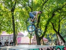 Lviv, Ucrânia - em julho de 2015: Fest 2015 da rua de Yarych O salto extremo em uma bicicleta de BMX e executa conluios no ar fotos de stock royalty free