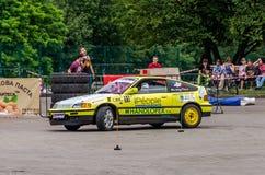 LVIV, UCRÂNIA - EM JUNHO DE 2016: Competição na tração que compete carros ajustados no parque da cultura em Lviv Fotos de Stock Royalty Free
