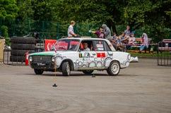LVIV, UCRÂNIA - EM JUNHO DE 2016: Competição na tração que compete carros ajustados no parque da cultura em Lviv Imagens de Stock Royalty Free