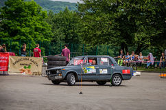 LVIV, UCRÂNIA - EM JUNHO DE 2016: Competição na tração que compete carros ajustados no parque da cultura em Lviv Fotos de Stock