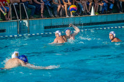 LVIV, UCRÂNIA - EM JUNHO DE 2016: Jogadores do polo aquático dos atletas que lutam pela bola com os oponentes na associação de ág Fotos de Stock