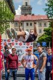 LVIV, UCRÂNIA - EM JUNHO DE 2016: O atleta novo do menino demonstra sua capacidade executando exercícios e figuras diferentes no  Fotografia de Stock Royalty Free