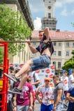 LVIV, UCRÂNIA - EM JUNHO DE 2016: O atleta novo do menino demonstra sua capacidade executando exercícios e figuras diferentes no  Imagem de Stock