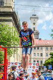 LVIV, UCRÂNIA - EM JUNHO DE 2016: O atleta novo do menino demonstra sua capacidade executando exercícios e figuras diferentes no  Imagem de Stock Royalty Free