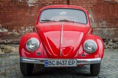 LVIV, UCRÂNIA - EM MAIO DE 2017: Carro retro vermelho do vintage velho Fotos de Stock Royalty Free