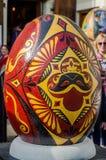 LVIV, UCRÂNIA - EM MAIO DE 2016: Ovo colorido enorme de Pysanka dos ovos com projetos e testes padrões tradicionais diferentes em Fotos de Stock