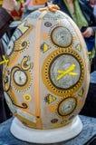 LVIV, UCRÂNIA - EM MAIO DE 2016: Ovo colorido enorme de Pysanka dos ovos com projetos e testes padrões tradicionais diferentes em Fotografia de Stock