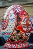 LVIV, UCRÂNIA - EM MAIO DE 2016: Ovo colorido enorme de Pysanka dos ovos com projetos e testes padrões tradicionais diferentes em Imagem de Stock Royalty Free