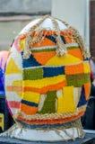 LVIV, UCRÂNIA - EM MAIO DE 2016: Ovo colorido enorme de Pysanka dos ovos com projetos e testes padrões tradicionais diferentes em Imagem de Stock