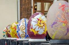 LVIV, UCRÂNIA - EM MAIO DE 2016: Ovo colorido enorme de Pysanka dos ovos com projetos e testes padrões tradicionais diferentes em Fotos de Stock Royalty Free