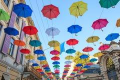 Lviv, Ucrânia, o 7 de junho de 2018 Decoração urbana da rua dos guarda-chuvas de Coloruful Imagens de Stock Royalty Free