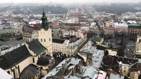 Lviv, Ucrânia Os telhados da cidade velha no inverno Ruas estreitas catedrais Edifícios destruídos filme