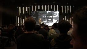 LVIV, UCRÂNIA - 14 DE ABRIL DE 2019: Ideia traseira de um grupo de pessoas que escuta um sermão em uma igreja moderna filme