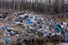 LVIV, UCR?NIA - 30 de abril de 2019: Lixo ilegal na floresta da mola, cat?strofe ecol?gica em grande escala dentro fotos de stock royalty free