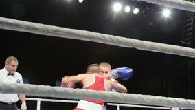 LVIV, UCRÂNIA - 14 de novembro de 2017 competiam de encaixotamento Os pugilistas de pouco peso lutam no anel de encaixotamento no filme