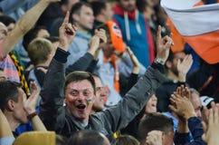 LVIV, UCRÂNIA - 29 DE SETEMBRO: Os fãs comemoram um objetivo marcado no stad imagem de stock royalty free