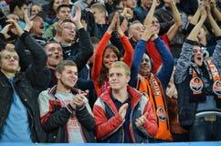 LVIV, UCRÂNIA - 29 DE SETEMBRO: Os fãs comemoram um objetivo marcado no stad foto de stock royalty free