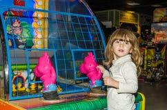LVIV, UCRÂNIA - EM NOVEMBRO DE 2017: A menina encantador pequena a criança vai para um passeio em um parque de diversões no carro Imagens de Stock Royalty Free