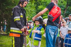 LVIV, UCRÂNIA - julho 17,2018: famílias com as crianças que andam pelo parque dia profissional das crianças fotos de stock