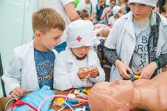 LVIV, UCRÂNIA - julho 17,2018: famílias com as crianças que andam pelo parque dia profissional das crianças imagem de stock